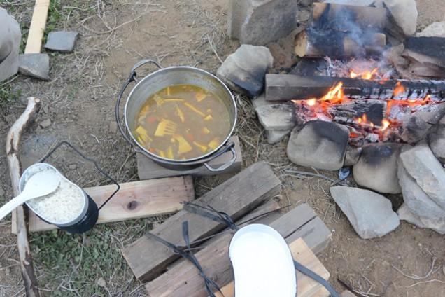 飯盒炊爨でカレーライス