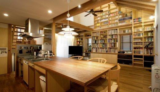 本棚とスキップフロアで家族がつながる家