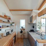 明るいオープンキッチン。バックの造作家具はチェリー材を採用。